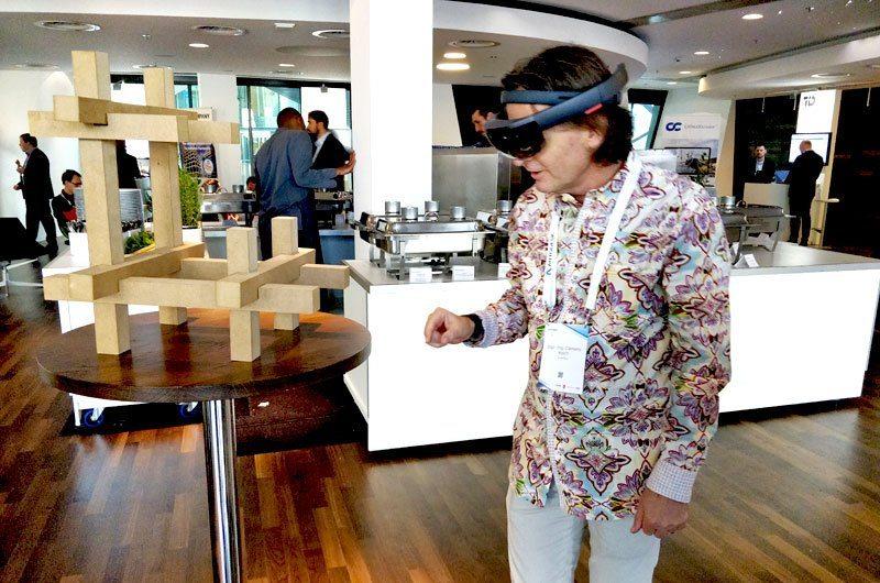 Clemens Resch mit AR Brille, VR/AR Puzzle auf der Autodesk-University im Darmstadtium