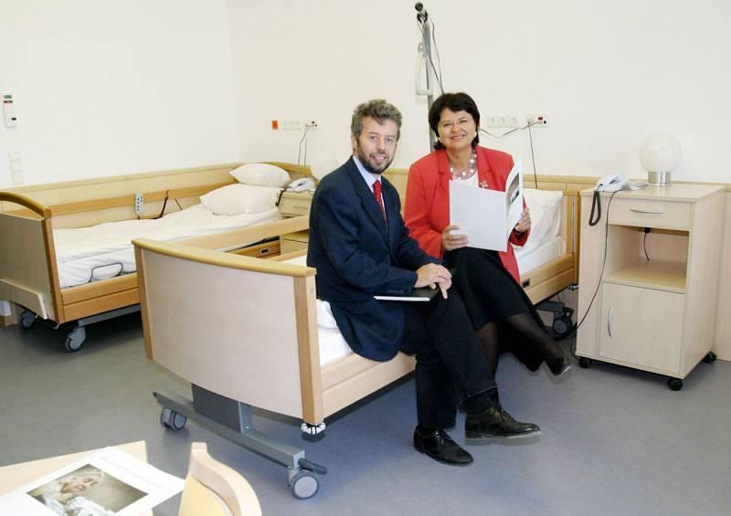 Pressetermin und Erstpräsentation einer Musterstation mit Univ. Prof. Dr. Christoph Giesinger und Renate Brauner