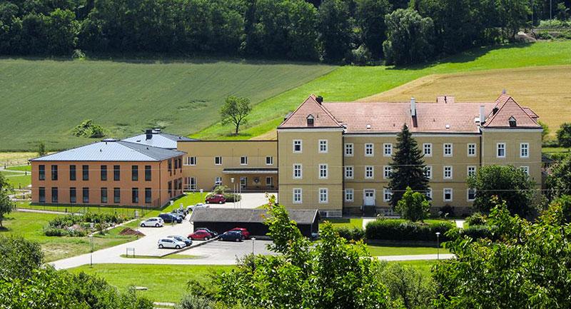 Pflegeheim Haus St. Louise in Maria Anzbach, Gesamtansicht mit neuem Zubau